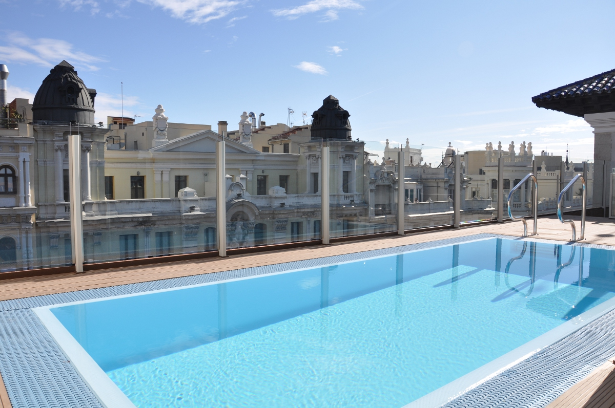 El catalonia gran v a de madrid estrena piscina for Piscina en madrid